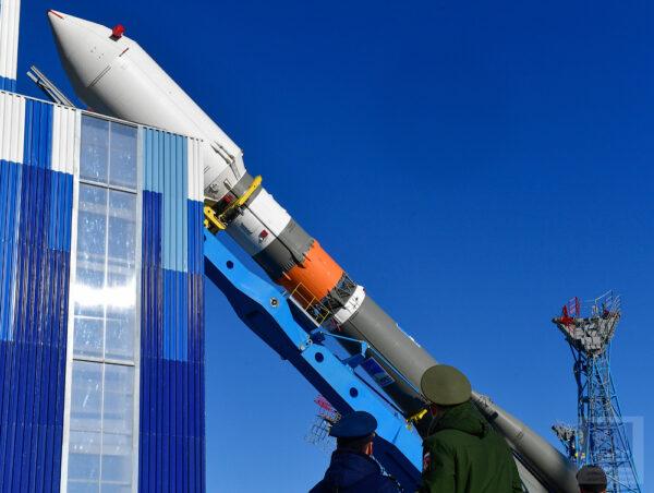 Vertikalizace rakety Sojuz na rampě 1S.