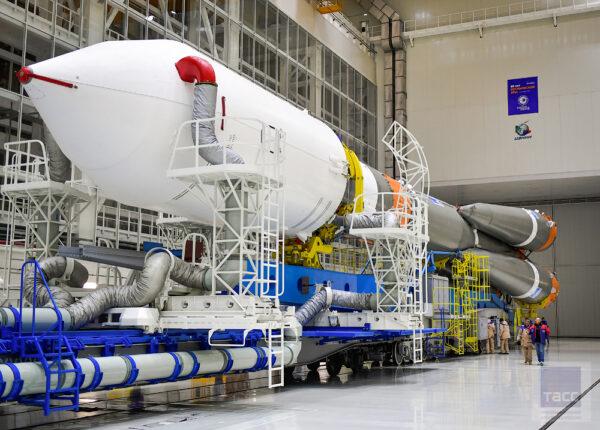 """Na ploše 700 km čtverečních kosmodromu Vostočnyj je více než 500 budov a jiných druhů staveb. Objekty přímo určené pro kosmické projekty jsou soustředěny na dvou místech – technickém a startovacím komplexu. V profesionálním žargonu na kosmodromu jsou nazývány """"Technika"""" a """"Start"""". Na technickém komplexu by bylo možné umístit 10 fotbalových hřišť."""