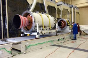 Jednotlivé stupně rakety Pegasus XL připravené k sestavení