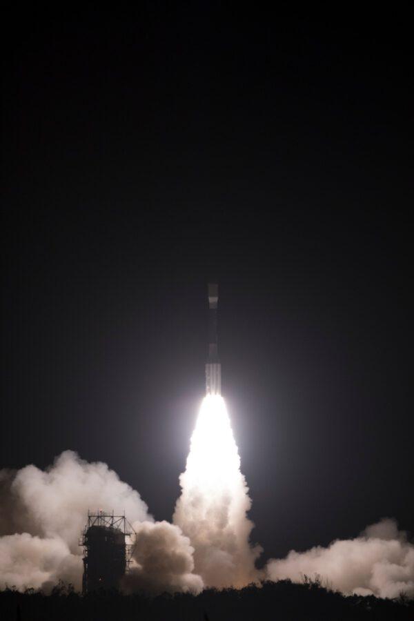 Delta II stoupá k obloze