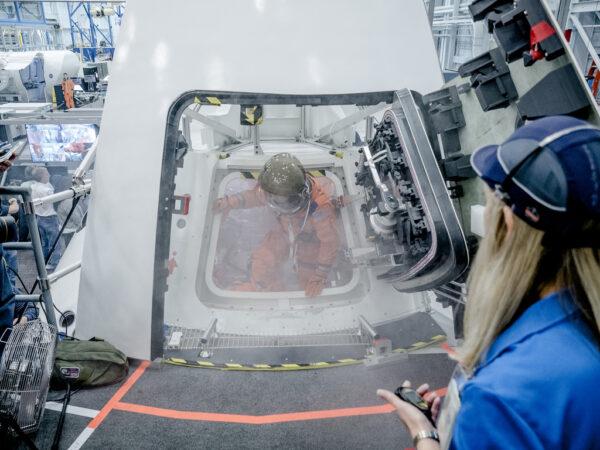 Orion plný umělého kouře opouští posádka