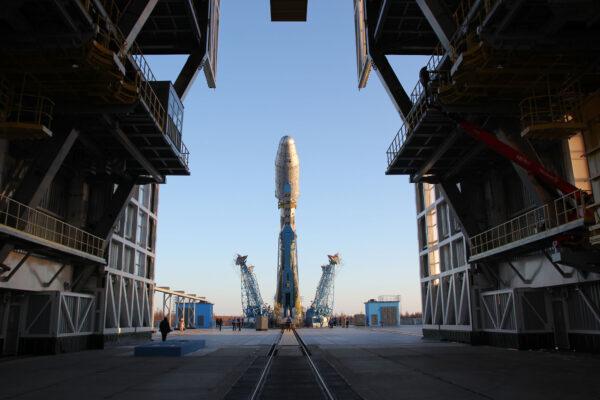 Vztyčování rakety Sojuz-2.1b na kosmodromu Vostočnyj.