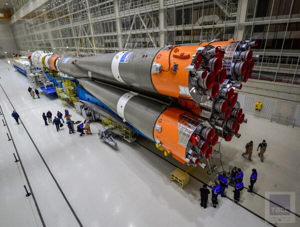 Stavba byla dokončena počátkem roku 2015. Koncem září 2015 pak kosmodrom převzal nejcennější náklad – první raketu Sojuz 2-1a. Železnice kosmodromu byla propojena s Transsibiřskou magistrálou. Raketa byla na vagóny naložena v Samaře v evropské části Ruska a bez jediného přeložení byla dopravena až do technického komplexu na Vostočném.