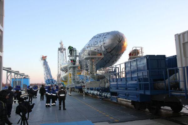 Vývoz druhého Sojuzu na startovní rampu kosmodromu Vostočnyj.
