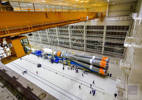 Raketa Sojuz 2 s horním stupněm Fregat byla převezena z technického komplexu na komplex startovní a byla umístěna na mobilní servisní věž. Poté byla provedena kontrola rakety i jejího horního stupně.