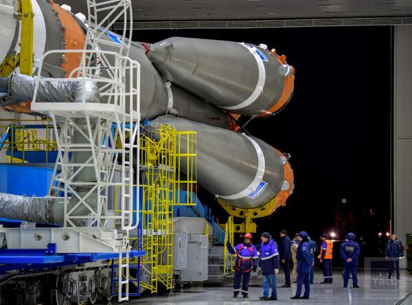 Z obrovských vrat Montážního a testovacího komplexu kosmodromu se v šest hodin ráno vydala lokomotiva s raketou na startovní rampu. Eskorta byla tvořena 20 lidmi doprovázejících raketu na 4,5 km dlouhé procházce od haly ke startovnímu komplexu.