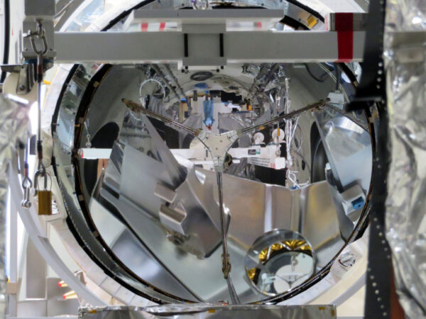 Velmi neobvyklý úhel pohledu na družici Aeolus před uložením do vakuové komory.