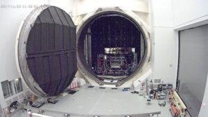 Webkamera mířící na Komoru A ukazuje otevřené masivní dveře.