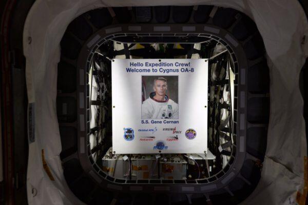Po otevření lodi Cygnus OA-8 čekal na posádku portrét Eugene Cernana, po kterém je loď pojmenovaná