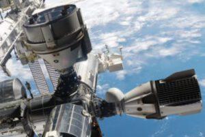 Starliner a Dragon 2 (Crew Dragon) souběžně připojené u ISS - zatím jen jako vizualizace.
