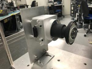 Fotka nové čočky pro kameru Hazcam na rover 2020.