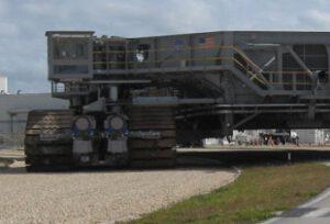 Pásový přepravník, který bude vozit plošinu i s raketou SLS na startovní rampu.