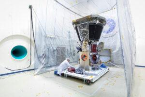 Příprava sondy Parker Solar Probe v akustické komoře Goddardova střediska.