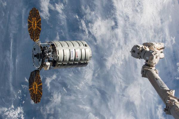 Příprava k zachycení lodi Cygnus OA-8