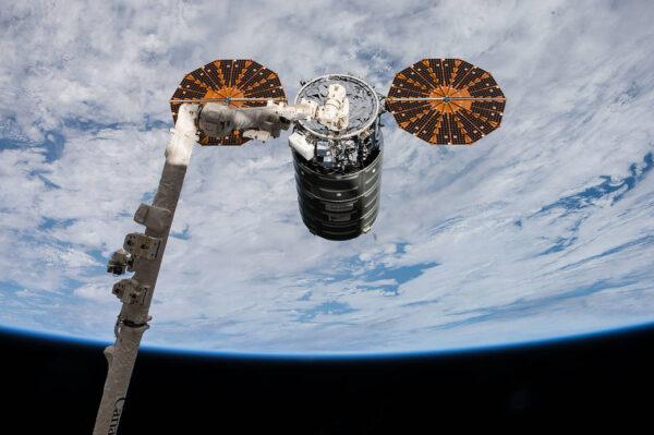 Cygnus zachycený robotickou paží