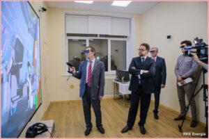 Vedoucí inženýr společnosti RKK Eněrgija Valerij Brjuchanov zkouší brýle pro virtuální realitu na modelu velitelského modulu lodi Federace - snímek pochází z dubna 2017.