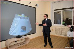 Hlavní návrhář společnosti RKK Eněrgija Vladimir Solncev ukazuje virtuální model velitelského modulu lodi Federace.