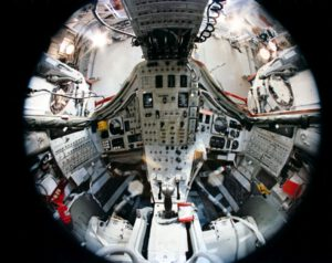 "Kokpit Gemini VII pohledem ""rybího oka"""