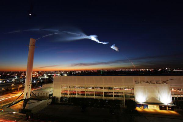 Povedený snímek zachycující kondenzační stupu z letu Falconu 9 z pohledu od centrály SpaceX v Los Angeles