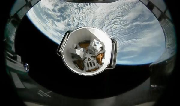 Dragon CRS-13 se odděluje od druhého stupně Falconu 9