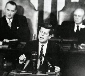 JFK při slavném projevu, díky kterému získala americká kosmonautika jednozančný cíl i termín pro jeho dosažení.