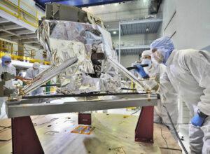 Snímek z roku 2012 ukazuje pracovníky Goddardova střediska při inspekci přístroje Mid-Infrared Instrument po jeho příjezdu z Velké Británie.