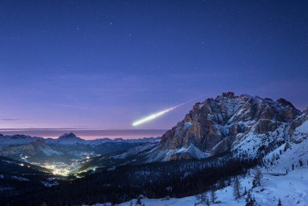 """14. listopadu okolo 17:45 SEČ vstoupil do zemské atmosféry 50 km severozápadně od německého Darmstadtu meteoroid o velikosti fotbalového míče. Na obloze vytvořil působivý fireball, který viděly tisíce lidí v Německu, Francii, Švýcarsku, Rakousku a Lucembursku. Tento působivý snímek pořídil Ollie Taylor z Velké Británie, který zrovna pobýval v italských Dolomitech. Okolní scenérii dokreslují hory v resortu Alta Badia a na nebi září Velký vůz. Při soumraku 14. listopadu chtěl fotograf zvěčnit horu průsmyk Passo Falzarego ve výšce 2200 metrů. Obloha byla jasná a teplota dosahovala -6°C. Sám fotograf popsal: """"Srovnával kompozici krajiny s Velkým vozem. Chtěl jsem fotit za soumraku, aby obloha měla lehce růžový nádech. Zdálo se mi, že to není dobré a tak jsem se natáhl pro jiný fotoaparát s delším sklem. Nechal jsem ale tenhle aparát exponovat! Bylo to fakt štěstí, že se mi podařilo vyfotit nejen samotnou scenérii, ale i meteorit."""" Malé kousky kamenů každý den vstupují do zemské atmosféry, ale jen málokdy některý z nich zasvítí tak jasně, aby jej vidělo tolik lidí. """"Vzhledem k velmi vysoké rychlosti meteoroidu – možná až 70 000 km/h se vzduch při jeho zpomalování silně ohřál a vytvořil jasný fireball,"""" popsal Rudiger Jehn z programu Space Situational Awareness při ESA a dodal: """"Pozorovatelé detailně popsali tento meteoroid, což nám umožnilo vypočítat jeho dráhu – shořel v atmosféře 50 kilometrů nad Lucemburskem."""" za jediný den měla mezinárodní organizace pro meteory hned 1150 hlášení. 14. a 15. listopadu byly ve Francii a Spojených státech hlášeny další 4 firebally. Všechny zřejmě mají souvislost s meteorickým rojem Taurid."""