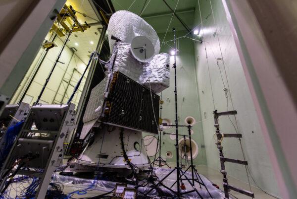 Sestava BepiColombo umístěná v komoře LEAF (Large European Acoustic Facility) v nizozemském středisku ESTEC. Stěny komory jsou vybaveny silnými reproduktory, které produkují hluk srovnatelný s tím, který sondy zažijí při startu rakety. Sestavu tvoří následující prvky (odspodu nahoru): Přeletový modul (sedí na kuželovitém adaptéru), sonda MPO (s anténou mířící vstříc kameře) a sluneční štít (úplně nahoře), ve kterém se ukrývá sonda MMO.