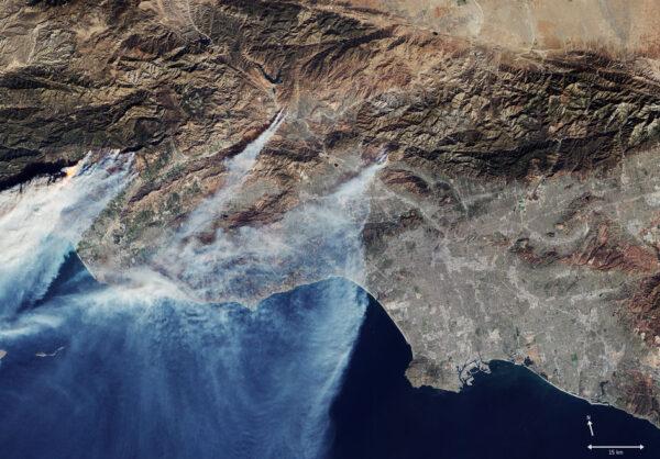 Družice Sentinel-2 vyfotila 5. prosince tento snímek zachycující plameny a kouř z ničivých požárů, které zuřily na severozápadě Los Angeles na jihu Kalifornie. Zatímco stovky hasičů bojují se živlem, více než 200 000 lidí bylo vyzváno, aby opustili své domovy. Podle kalifornského ministerstva lesů a prevence požárů jsou letošní požáry největší v dosud zaznamenané historii. Na snímku jsou vidět jednotlivá ohniska, která jsou tak velká, že dostávají jména. Nejhorší požár má jméno Thomas Fire a obklopuje téměř celé město Ojai a oblast severně od Ventury (na snímku hodně vlevo). Fotka zachycuje další dvě velká ohniska – Rye Fire u Santa Clarita (prostřední ohnisko) a Creek Fire u Sylmaru (vpravo)
