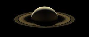 Poslední mozaika Saturnu ze sondy Cassini. 13. září sonda pořídila širokoúhlou kamerou sérii fotek, které pokrývaly Saturn od jednoho okraje k druhému. Celkem pořídila 42 červených, zelených a modrých snímků, které byly složeny tak, aby vznikly reálné barvy.