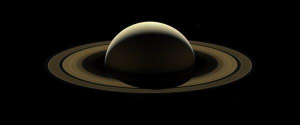 Závěrečné rozloučení s planetou, která byla 13 let jejím domovem. Mezinárodní sonda Cassini pořídila poslední sérii fotek Saturnu a jeho působivých prstenců. Jednotlivé snímky byly následně složeny do této celkové mozaiky. Mise skončila 15. září plánovaným vstupem sondy do atmosféry planety. O dva dny dříve pořídila širokoúhlou kamerou sérii fotek, které pokrývaly Saturn od jednoho okraje k druhému. Na mozaice jsou vidět i měsíce Prometheus, Pandora, Janus, Epimetheus, Mimas a Enceladus. Snímek, který zde vidíme, byl oproti originálu zesvětlen, aby vynikly detaily měsíců a prstenců. Tento pohled byl pořízen ve chvíli, kdy Slunce osvětlovalo rovinu prstenců pod úhlem 15° a Cassini byla 1,1 milionu kilometrů od Saturnu a blížila se k závěrečnému průletu. Celkem pořídila 42 červených, zelených a modrých snímků, které byly složeny tak, aby vznikly reálné barvy. Rozlišení Saturnu je zhruba 67 km/pixel a rozlišení měsíců kolísá od 59 do 80 km/pixel. Úhel Cassini – Saturn – Slunce je 138° a snímek byl zveřejněn 20. listopadu.