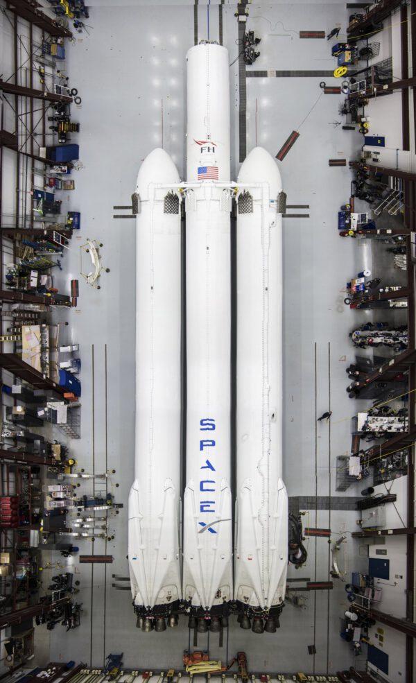 Historicky první fotografie premiérového exempláře rakety Falcon Heavy