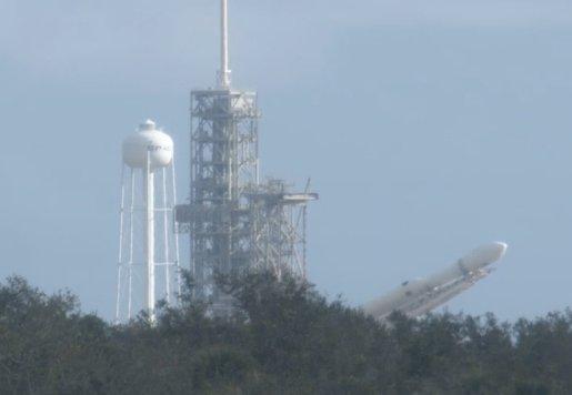 Falcon Heavy je zvedán do vertikální polohy na rampě LC-39A.