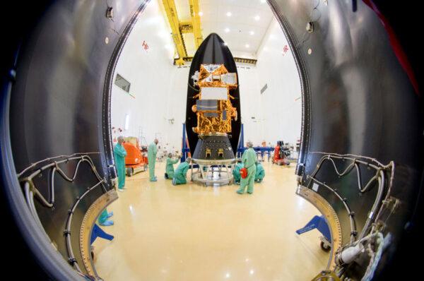 Sentinel-2B ukrývá polovina aerodynamického krytu rakety Vega na evropském kosmodromu v Kourou ve Francouzské Guyaně. Start proběhl 7. března ve 2:49 našeho času (6. března 22:49 místního času). Družice Sentinel 2 poskytují barevný pohled na životní prostředí pro program Copernicus. Jejich sledování kombinuje snímky s vysokým rozlišením a inovativní multispektrální snímky, čímž umožňuje sledovat změny krajiny s extrémními detaily a přesností. Řada Sentinel 2 je navržena jako sestava dvou družic: Sentinel-2A a -2B. Sentinel-2A startoval 23. června 2015 a poskytl přesné snímky pevniny. Po zprovoznění Sentinelu-2B se frekvence snímkování jednoho místa zkrátila na pouhých pět dní. Informace z této mise pomáhají zlepšovat zemědělské postupy, monitorují světové lesy, sledují znečištění v jezerech a pobřežních vodách a pomáhají i při sledování přírodních katastrof. Družici postavilo společenství několika firem, v jejichž čele byla firma Airbus Defence and Space z německého Friedrichshafenu.