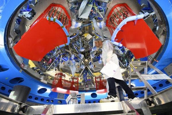Připraven k odeslání z Evropy v první polovině roku 2018 – evropský příspěvek k americké lodi Orion vzniká v hale firmy Airbus v německých Brémách. Tohle není zkušební exemplář – servisní modul na fotce opravdu poletí do vesmíru, kolem Měsíce a dál, než jakákoliv loď pro posádku v historii. Servisní modul bude dodávat elektřinu, vodu, kyslík a dusík. Kromě toho zajistí i pohon nebo kontrolu teploty. Modrá kruhová konstrukce je pouze podpůrná a spočívá na ní samotný modul a technici se k němu mohou dostat. Žluté pásky (budou před startem odstraněny) spojují 11 kilometrů kabelů a drží je na správných místech, zatímco se do modulu instalují stovky zařízení. Pod červenými kryty se ukrývá osm motorů R-4D-11 s tahem 490 N, které vyrobila firma Aerojet. Technici zde pracují v třísměnném provozu a do modulu instalují díly vyrobené po celé Evropě.