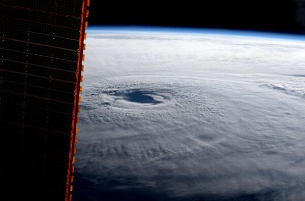 """Snímek hurikánu Maria pořídil Paolo Nespoli 21. září a na sociálních sítích jej doplnil textem: """"Hurikám Maria dnes ráno: Dokonce i odsud zasahuje až k horizontu. Buďte v bezpečí, myslíme na vás."""""""