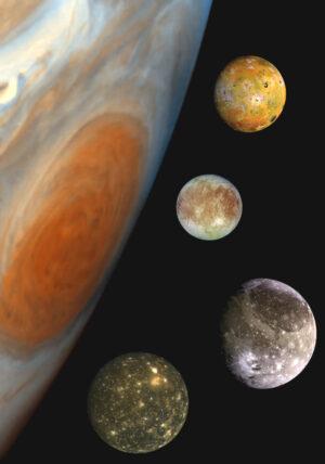 """""""Rodinný portrét"""" Galileovských měsíců. Odshora dolů to jsou Io, Europa, Ganymed a Callisto."""