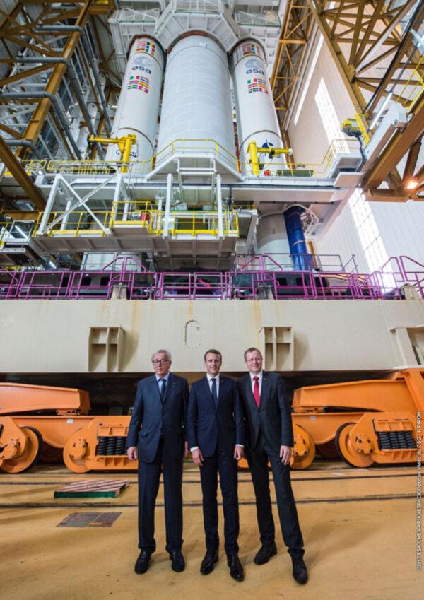 Ředitel ESA Jan Woerner (vpravo) s francouzským prezidentem Emmanuelem Macronem (uprostřed) a Evropským komisařem Jean-Calude Junckerem (vlevo) během jejich společné návštěvy kosmodormu v Kourou 27. září. V pozadí stojí raketa Ariane 5 určená k prosincovému startu se čtyřmi družicemi Galileo.
