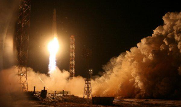 Angosat míří na vrcholku rakety Zenit do vesmíru