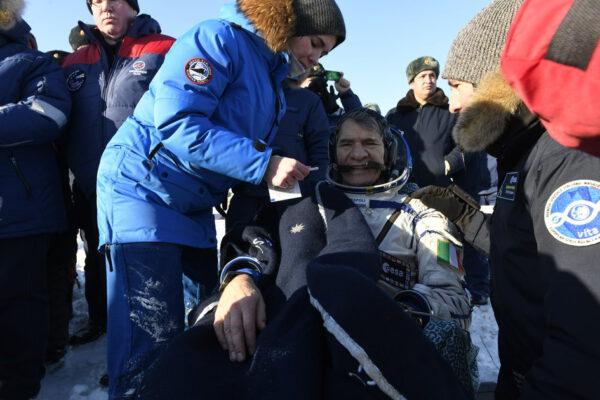 Astronaut Paolo Nespoli a jeho kolegové Randolph Bresnik z NASA a Sergej Rjazanskij z Roskosmosu se vrátili na Zemi z Mezinárodní vesmírné stanice 14. prosince. Jejich loď Sojuz MS-05 přistála v 9:37 našeho času. Cesta domů z ISS obnášela zpomalení z rychlosti 28 800 km/h na nulu při dosednutí během zhruba tří hodin. Paolo během své mise Vita na ISS prováděl více než 60 experimentů. Jeho tělo bylo předmětem výzkumu v mnoha případech. Sledovaly se jeho oči, bolesti hlavy, spánkové cykly, nebo stravovací návyky – vše za účelem lepšího pochopení adaptace lidského organismu na stav mikrogravitace. Měření teploty, svalová cvičení a mnoho odběrů krve a slin pomohou přidat další střípky do mozaiky poznání a pomohou nám připravit se na pilotované mise dále od Země.