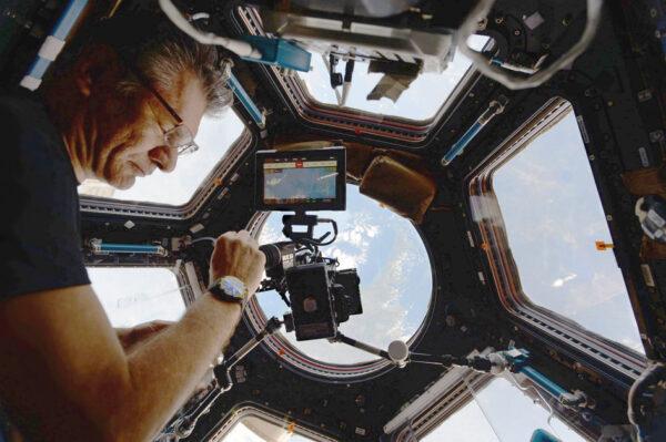 Italský astronaut Paolo Nespoli fotí v modulu Cupola na ISS. Paolova třetí a poslední cesta na ISS měla jméno Vita, což v italštině znamená život. Název odráží povahu experimentů, které astronaut na ISS prováděl. Zároveň jde o filosofické zamyšlení nad životem ve vesmíru, který je pro člověka nehostinný.