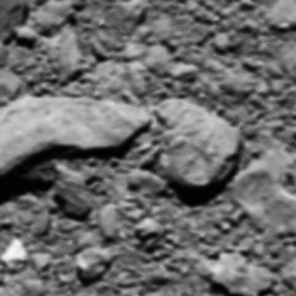 Poslední fotka ze sondy Rosetta vznikla jen krátce před řízeným dosednutím na povrch komety 67P/Čurjumov-Gerasimenko 30. října 2016. Snímek byl rekonstruován v letošním roce ze zbytkové telemetrie. Fotka má rozlišení 2 mm/pixel a pokrývá oblast širokou jeden metr.
