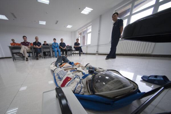 Italská astronautka Samantha Cristoforetti se připojila k čínským kolegům v čínském městě Jantai, kde se 14. srpna zúčastnila nácviku přežití po přistání v moři. Při návratu z oběžné dráhy musí být (nejen čínští) astronauti připraveni na všechny možnosti – včetně toho, že jejich kabina dosedne do moře nebo oceánu. Nácvik přežití v takových podmínkách je jednou ze součástí běžného výcviku astronautů, ale tohle bylo poprvé, kdy se s čínskou skupinu připravoval i zahraniční člen.