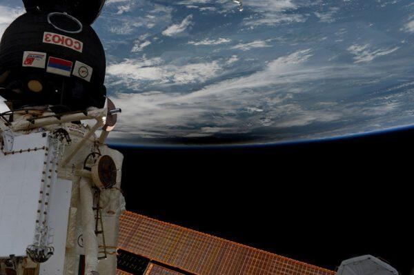 Italský astronaut Paolo Nespoli pořídil tuto fotku během zatmění Slunce, které 21. srpna přešlo přes Spojené státy. Ze stanice obíhající 400 kilometrů nad Zemí viděli astronauti rozmazaný měsíční stín na povrchu naší planety. Stanice přelétla kolem oblasti zatmění celkem 3× díky tomu, že kolem Země oběhne jednou za 90 minut.