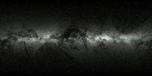 Pozice dvou milionů hvězd v naší Galaxii podle dat z Tycho-Gaia Astrometric Solution, což byl jeden z produktů prvního uvolněného balíku dat ze sondy Gaia. Hvězdy jsou rozmístěny podle galaktických souřadnic a používá se obdélníková projekce. Na snímku vystupuje Mléčná dráha jako horizontální pás s větší hustotou hvězd. Pásy viditelné na začátcích rámců vychází ze způsobu, jak Gaia snímkuje nebe a z podstaty toho, že jde o zveřejnění prvních dat. V pravém rohu pod galaktickou rovinou můžeme spatřit tvar souhvězdí Orion. Dva hvězdné svazky – skupiny hvězd, které se společně zrodily a konstantně se spolu pohybují – můžeme vidět v levé části rámce. Jedná se o Plejády a Per OB3.