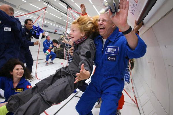 Německý astronaut Thomas Reiter (vpravo) během akce Kid's Weightless Dreams, při které mohou děti s postižením zažít při parabolickém letu stav beztíže, nebo gravitaci na povrchu Měsíce. Osm dětí z pěti členských zemí ESA (Spojeného království, Francie, Německa, Belgie a Itálie) usedlo na palubu Zero-G Airbusu A310, který 24. srpna odstartoval z Bordeaux. Kromě toho, že děti zažily stav beztíže, viděly ukázku vědeckých principů – od zapalování svíček přes míchání různě hustých kapalin až po hraní ping pongu s vodními bublinami. Společnost dětem dělali a jako mentoři sloužili evropští astronauti, kteří pocházeli ze stejných států jako děti: Thomas Reiter (DE), Tim Peake (GB), Frank De Winne (BE), Claudie Haigneré (FR), Jean-Francois Clervoy (FR) a Maurizio Cheli (IT).