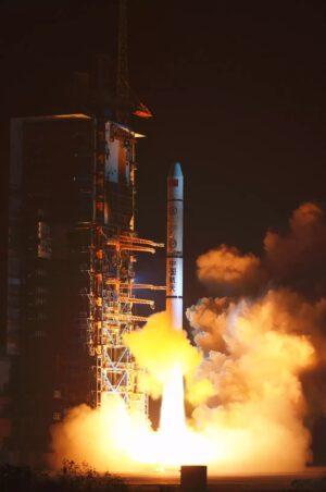Start rakety Dlouhý pochod 2C s třetí trojicí družic Yaogan 30.