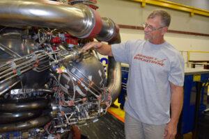 Owen Brayson, technik firmy Aerojet Rocketdyne provádí inspekci pogo akumulátoru - největšího 3D tištěného dílu, jaký kdy NASA otestovala na raketovém motoru.