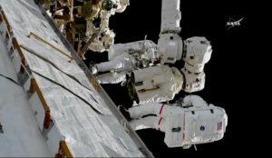 Randy Bresnik a Joe Acaba mění úchopovou koncovku LEE-A na konci staniční robotické paže.