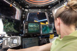 Karen Nyberg uvnitř modulu Cupola právě obsluhuje robotickou paži Canadarm2.